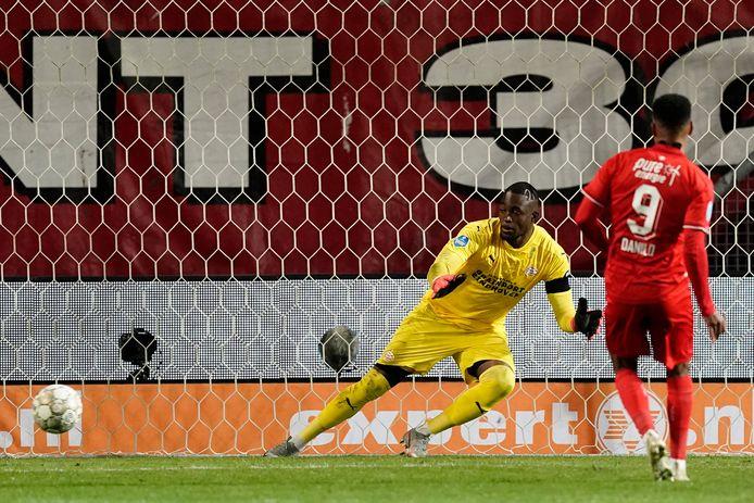 Danilo stuurt Yvon Mvogo de verkeerde kant op zet FC Twente naast PSV.