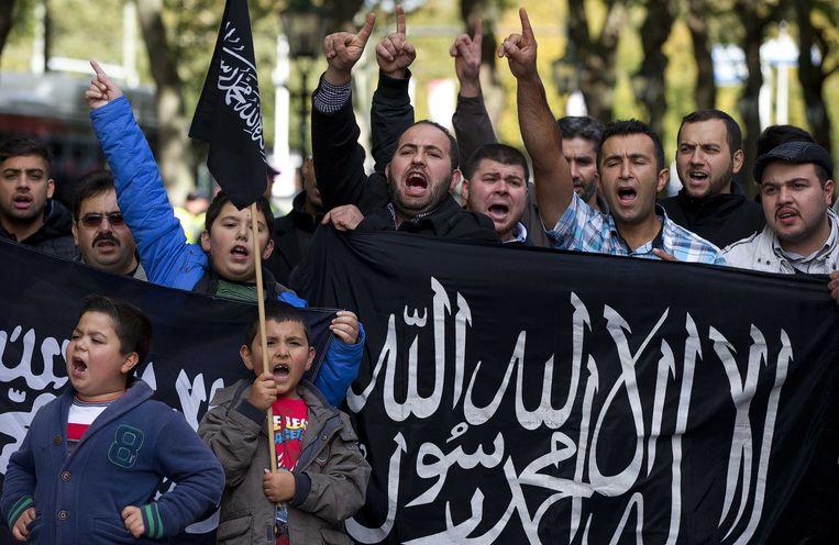 Demonstranten voeren actie voor de Franse ambassade tegen de omstreden anti-islamfilm 'Innocence of Muslims' en tegen de spotprenten met profeet Mohammed in het Frans tijdschrift Charlie Hebdo. (Archieffoto) Beeld ANP