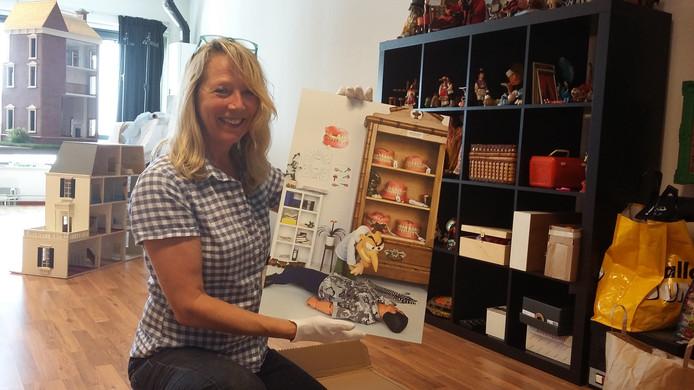 Anne Breel met een van haar beeldstripverhalen van Pop en Co.