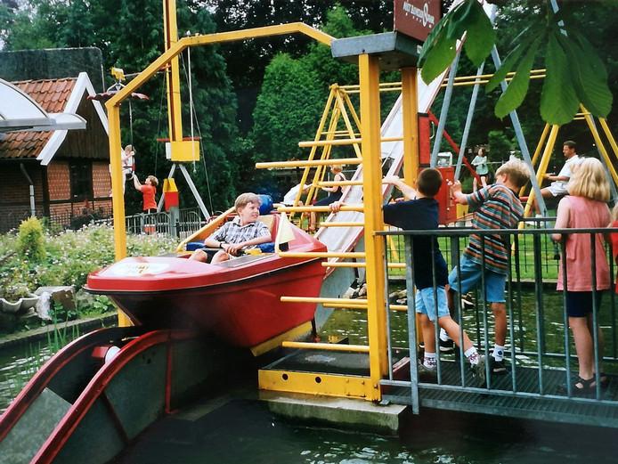 Verslaggever Joost Dijkgraaf als kind in 1997 in het rode bootje bij De Snippert. Broertje Pim regelt het muntje, vriendje Luuc trekt het hek dicht