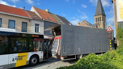 Lijnbus knalt op geparkeerde vrachtwagen: vier pendelaars lichtgewond