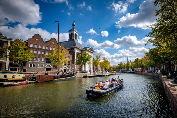 Veel toeristen die Schiedam bezoeken, maken ook een tochtje met de fluisterboot.