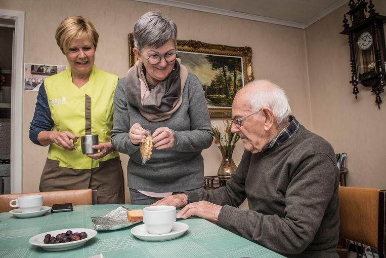 Schepen van Sociale Zaken Katrien Vandecasteele kwam helpen met gezinshulp Nancy Verschetze bij Cyriel Devaere thuis.