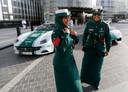 Twee agentes poseren gewillig bij hun Ferrari-patrouillewagen (links)