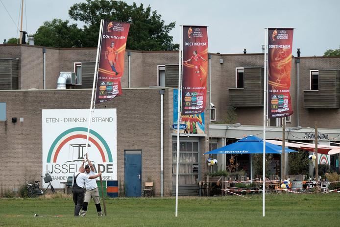 Vlaggen worden geplaatst bij de fanzone bij De IJsselkade. Foto: Jan Ruland van den Brink