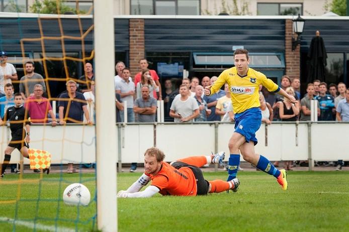 Dongen-spits Remon Koenen maakt de 2-0.