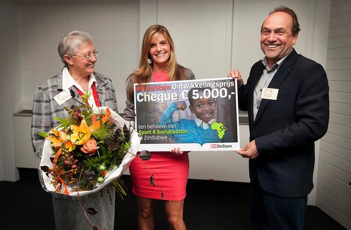 Zr. Ancilla Martens (links) en hoofdredacteur Johan van Uffelen overhandigen de prijs aan Isabel de Vugt. Foto Ron Magielse/ het fotoburo