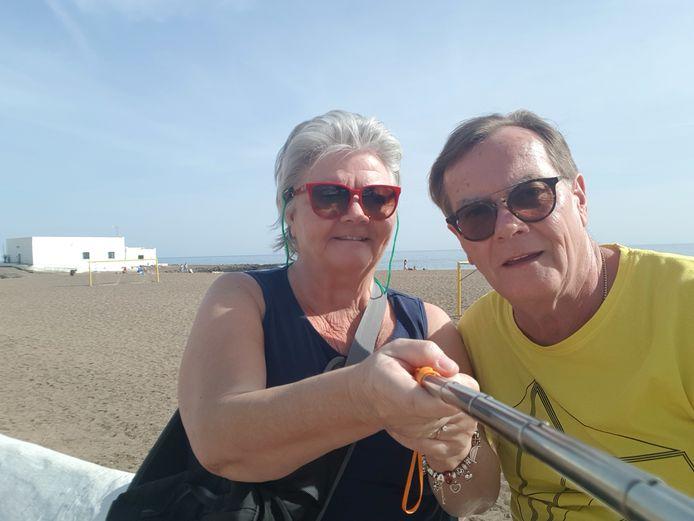Ad en Mieke Brouwers in betere tijden aan het strand bij Playa Honda op Lanzarote.