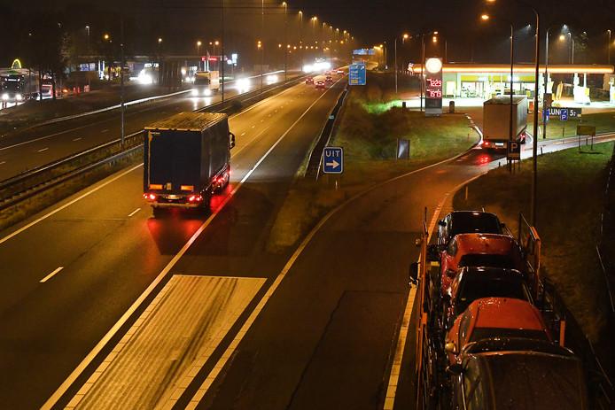 Een vrachtwagen staat geparkeerd langs de A73, archieffoto ter illustratie.
