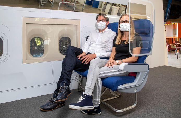 Een proefopstelling van de beschermingsglazen die Aviation Glass, een bedrijf van Nijmegenaar Marcel Boekhoorn, heeft ontwikkeld voor vliegtuigen. Ze moeten reizen meer coronaproof maken.