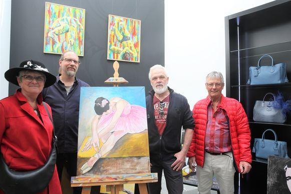 Marie-Josée Delhoux, Philip Demanet, Geert Willemyns en Alain Fastenaekels bij de werken die al te zien zijn bij Lederwaren Demanet.