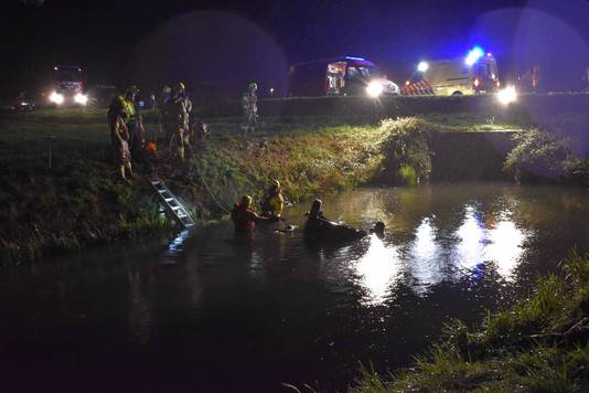 De auto is in het water beland.
