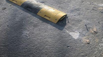 Vandalen vernielen pas aangelegde snelheidsremmer Braakmanstraat