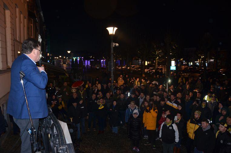 Burgemeester Filip Anthuenis sprak de fans toe vanop de pui van het stadhuis.