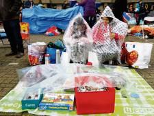 Poncho's aan en paraplu mee op Koningsdag