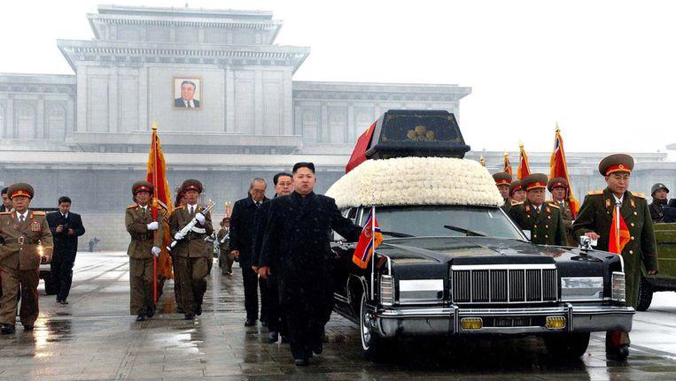 Lijkwagen met daarin Kim Jong-il. Jang Song-thaek loopt links achter zijn neef Kim Jong-un. Beeld afp