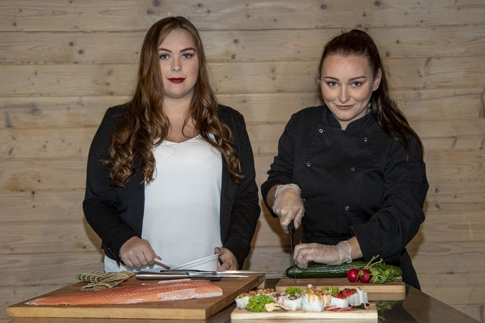 Savannah en Charlotte Makkinga uit Vroomshoop beginnen een sushi bezorgservice.