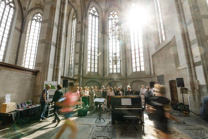 De eerste bestemming van de Urban Trail Run is de Grote Kerk. Het eerste nummer dat het koor er zingt? Eye of the Tiger.