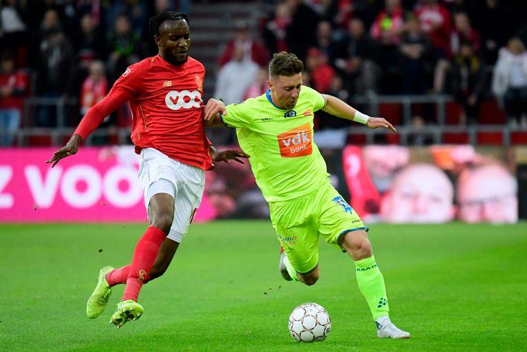 Bokadi gaat een duel aan met Dejaegere tijdens het thuisduel tegen AA Gent (2-3).