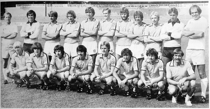 Het succesvolle elftal van De Graafschap in het seizoen 1980/81, met Hein Schreur staand, zesde van links.