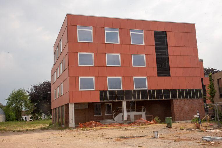 In de voormalige kousenfabriek van Cordonnier komt de nieuwe Academie voor beeldende kunsten en het Jeugdhuis.