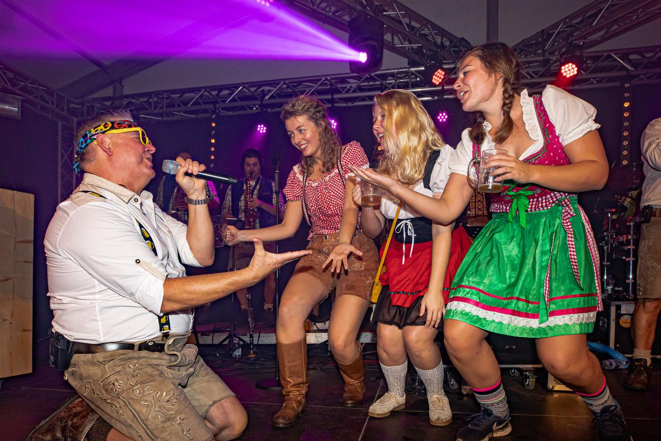 De zanger van Die Party Hosen bezingt drie dames uit het publiek tijdens de eerste editie van het Amersfoortse Oktoberfest.