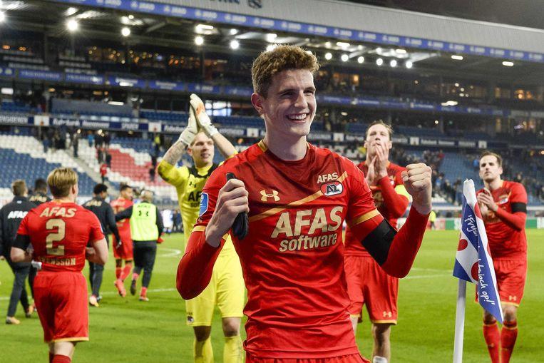Matchwinner Guus Til van AZ viert de overwinning op Heerenveen met de meegereisde supporters op de tribune. Beeld ANP Pro Shots
