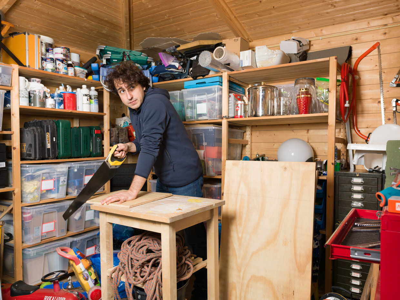 Jesse Klaver in zijn schuur aan het werk.