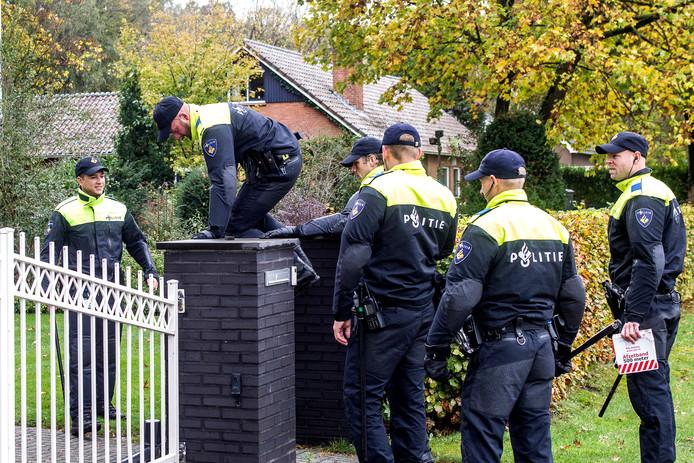 De politie kamde Schalkaar uit bewijsmateriaal.