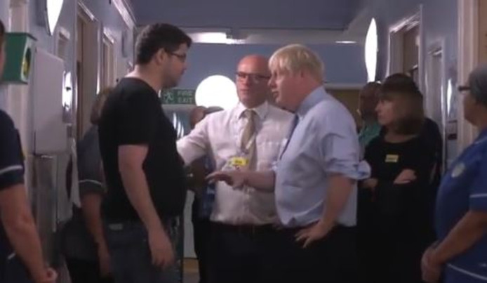 Boris Johnson discute avec le père de famille