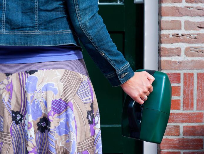 Als mensen aan de deur kunnen pinnen, geven ze gemiddeld 2,5 keer meer geld aan de collectant.
