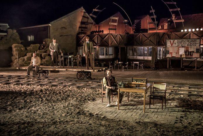 Een scène uit musical Het Verzet Kraakt, een vorige theaterproductie in Almelo.