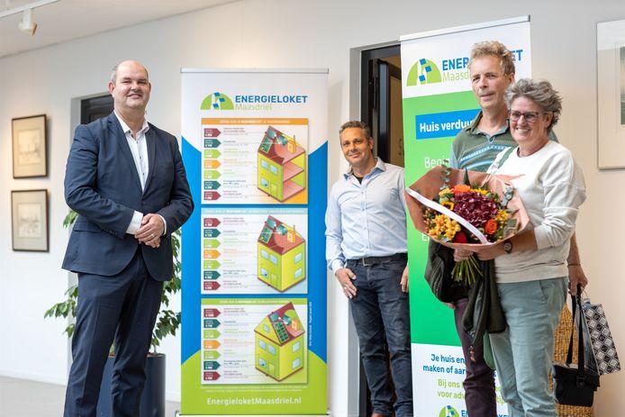 De eerste klanten van het Maasdrielse energieloket kregen niet alleen advies van Sjaak van Balen, maar ook bloemen van wethouder Erik van Hoften.