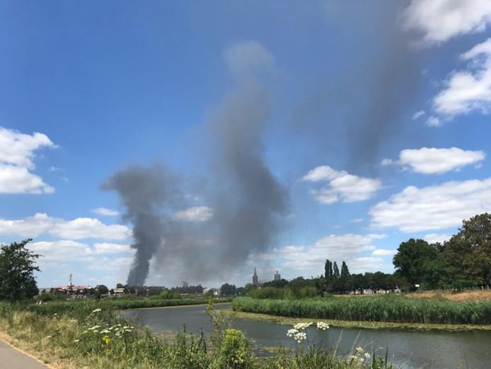 De brand in Den Bosch is in de wijde omtrek te zien.