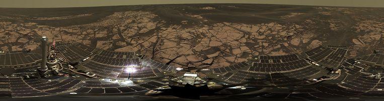 De Erebuskrater in 2005. Op de onderkant van de foto zijn de zonnepanelen van Opportunity zichtbaar. Beeld Nasa
