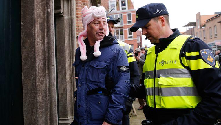 De Nederlandse Pegida activist Edwin Wagensveld wordt door meegenomen door de politie tijdens een protest tegen de komst van een asielzoekerscentrum in Ede. Beeld anp