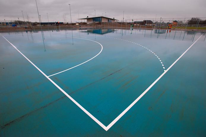 Het blauwe handbalveld van sportpark Contreie op een regenachtige dag. Foto uit 2014 bij de oplevering van het sportpark.