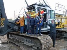 Kinderen slaan eerste paal voor school in Gorcumse nieuwbouwwijk Hoog Dalem