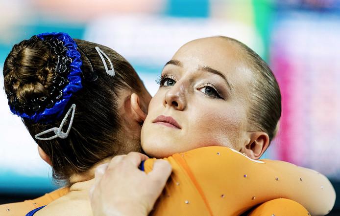 Sanne Wevers wordt getroost na haar balkoefening op het WK. De Olympisch kampioene  vergat na de opsprong een achterwaarts element en verspeelde daarmee een  finaleplaats op het WK.