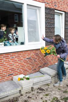 Meesters en juffen van deze school brengen zonnebloemen aan huis als steun voor de ouders