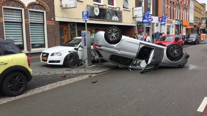 De auto kwam op de kop tot stilstand op de Assendorperstraat in Zwolle.