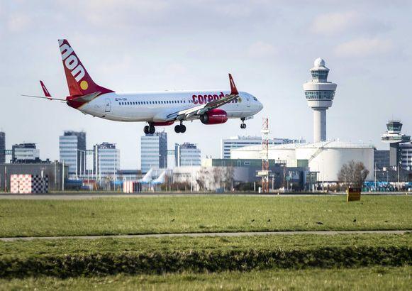 Een vliegtuig van Corendon landt op de Nederlandse luchthaven Schiphol.