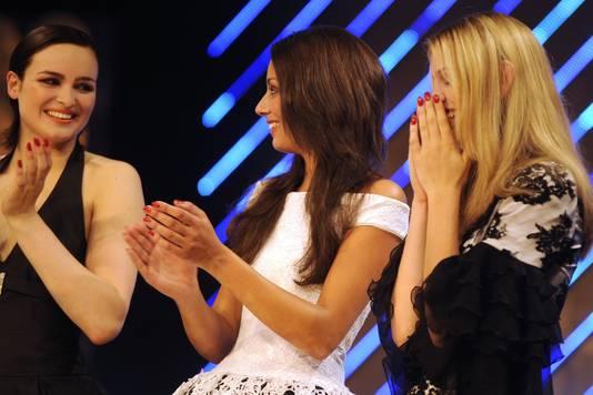 Yvette Broch (links) tijdens de finale van Hollands Next Top Model in 2008.