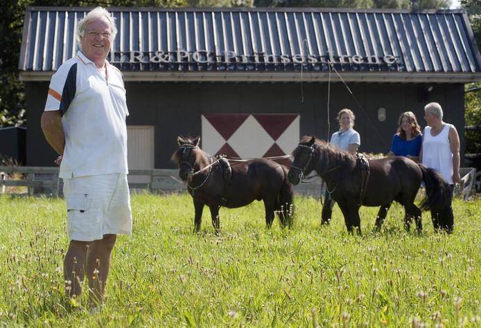 Anton Rijnart, voorzitter van Pony Club Prinses Irene, met op de achtergrond v.l.n.r.: trainster Rosanne Toeters, Lysanne Oomen en Corrie Oomen. foto Ron Magielse/het fotoburo