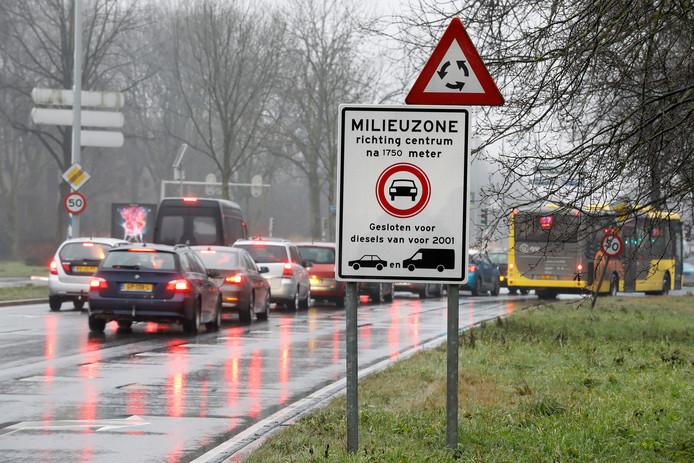 2017-02-02 16:44:11 UTRECHT - Een verkeersbord geeft aan dat automobilisten een milieuzone ingaan in Utrecht.