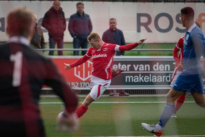 Roy Bakkenes brengt voor DOVO de bal voor het doel in de thuiswedstrijd tegen Barendrecht.