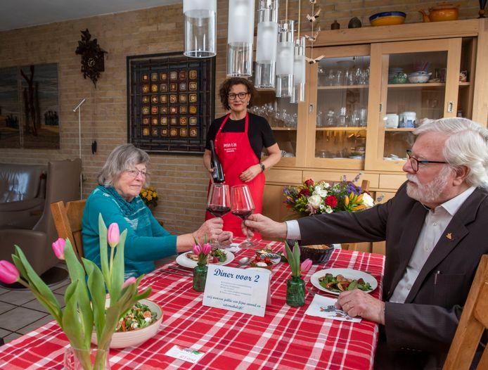 """Karel en Renate Uittien(-Jacobs) zijn vandaag 60 jaar getrouwd. Eten met de familie kon gisteren niet doorgaan. Maar de kinderen hebben als verrassing een alternatief: cateraar Jacqueline van Kampen-Paap dekte de tafel en diende drie gangen op. ,,Het enige dat de kinderen hadden gezegd was dat mijn vrouw niet hoefde te koken."""""""