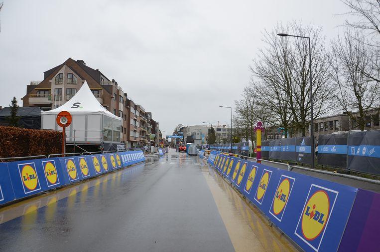 In de Onderwijslaan in Ninove wordt alles in gereedheid gebracht voor de aankomst van de Omloop zaterdag.
