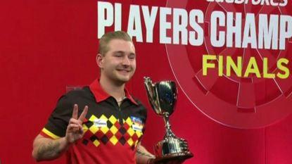 VIDEO. Daar is 'Dancing' Dimitri Van den Bergh weer: Belg schrijft op zijn 24ste dartsgeschiedenis
