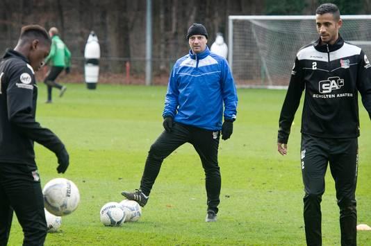 Jefta Bresser kijkt toe tijdens een training van NEC.
